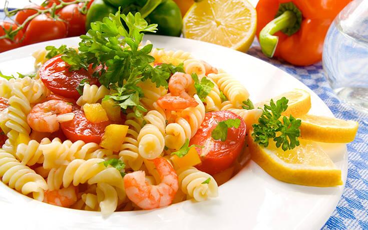 Σαλάτα ζυμαρικών με γαρίδες και άνηθο Δροσιστική πρόταση για ελαφρύ βραδινό