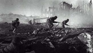 Η Ημέρα της Νίκης στην ΕΣΣΔ και τώρα στη Ρωσία εορτάζεται στις 9 Μαΐου σε αντίθεση με τη Δ Ευρώπη. Η Συνθηκολόγηση έγινε στις 11μμ ώρα Βερολίνου, δηλ. 1πμ της επομένης ώρα Μόσχας (11)