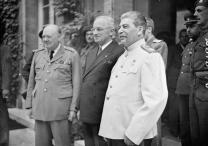 Η Ημέρα της Νίκης στην ΕΣΣΔ και τώρα στη Ρωσία εορτάζεται στις 9 Μαΐου σε αντίθεση με τη Δ Ευρώπη. Η Συνθηκολόγηση έγινε στις 11μμ ώρα Βερολίνου, δηλ. 1πμ της επομένης ώρα Μόσχας (14)