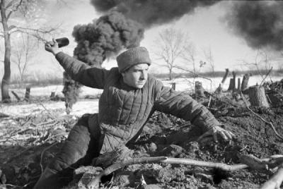 Η Ημέρα της Νίκης στην ΕΣΣΔ και τώρα στη Ρωσία εορτάζεται στις 9 Μαΐου σε αντίθεση με τη Δ Ευρώπη. Η Συνθηκολόγηση έγινε στις 11μμ ώρα Βερολίνου, δηλ. 1πμ της επομένης ώρα Μόσχας (15)