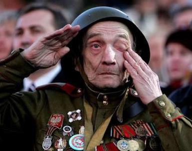 Η Ημέρα της Νίκης στην ΕΣΣΔ και τώρα στη Ρωσία εορτάζεται στις 9 Μαΐου σε αντίθεση με τη Δ Ευρώπη. Η Συνθηκολόγηση έγινε στις 11μμ ώρα Βερολίνου, δηλ. 1πμ της επομένης ώρα Μόσχας (3)