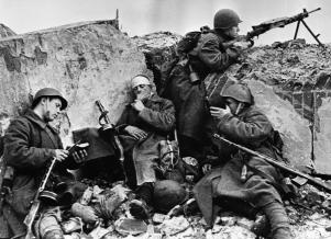 Η Ημέρα της Νίκης στην ΕΣΣΔ και τώρα στη Ρωσία εορτάζεται στις 9 Μαΐου σε αντίθεση με τη Δ Ευρώπη. Η Συνθηκολόγηση έγινε στις 11μμ ώρα Βερολίνου, δηλ. 1πμ της επομένης ώρα Μόσχας (5)