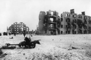 Η Ημέρα της Νίκης στην ΕΣΣΔ και τώρα στη Ρωσία εορτάζεται στις 9 Μαΐου σε αντίθεση με τη Δ Ευρώπη. Η Συνθηκολόγηση έγινε στις 11μμ ώρα Βερολίνου, δηλ. 1πμ της επομένης ώρα Μόσχας (6)
