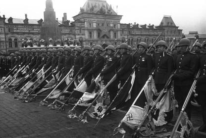 Η Ημέρα της Νίκης στην ΕΣΣΔ και τώρα στη Ρωσία εορτάζεται στις 9 Μαΐου σε αντίθεση με τη Δ Ευρώπη. Η Συνθηκολόγηση έγινε στις 11μμ ώρα Βερολίνου, δηλ. 1πμ της επομένης ώρα Μόσχας (8)