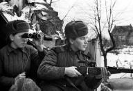 Η Ημέρα της Νίκης στην ΕΣΣΔ και τώρα στη Ρωσία εορτάζεται στις 9 Μαΐου σε αντίθεση με τη Δ Ευρώπη. Η Συνθηκολόγηση έγινε στις 11μμ ώρα Βερολίνου, δηλ. 1πμ της επομένης ώρα Μόσχας (9)