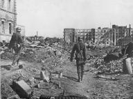 Η Ημέρα της Νίκης στην ΕΣΣΔ και τώρα στη Ρωσία εορτάζεται στις 9 Μαΐου σε αντίθεση με τη Δ Ευρώπη. Η Συνθηκολόγηση έγινε στις 11μμ ώρα Βερολίνου, δηλ. 1πμ της επομένης ώρα Μόσχας (10)