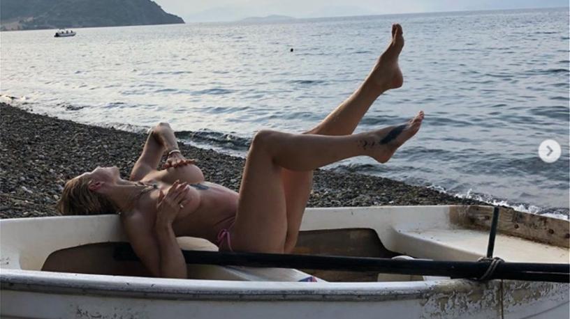 Η Ευρυδίκη Παπαδοπούλου ποζάρει... ημίγυμνη στην παραλία!