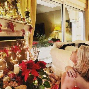 H Έφη Σαρρή ποζάρει ημίγυμνη στο χριστουγεννιάτικο στολισμένο σαλόνι της